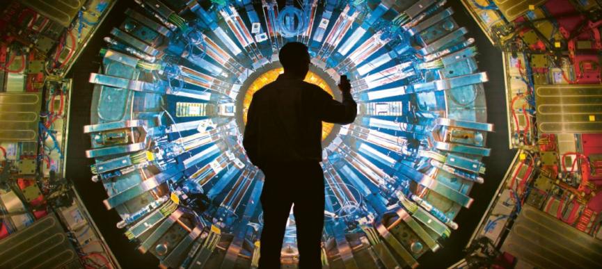Před velkou obrazovkou se snímkem detektoru ATLAS v návštěvnickém centru střediska CERN Foto: CERNm centru střediska CERN Foto: CERN