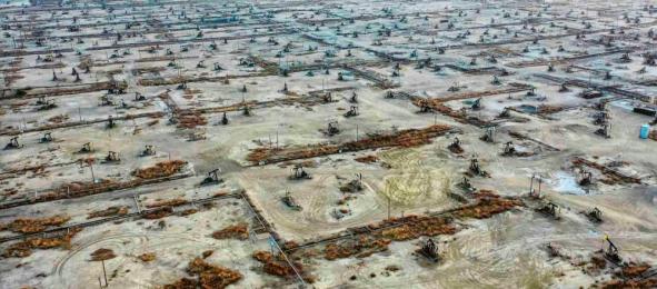 Více než století staré ropné pole Elk Hills v Kalifornii, kde je dnes odstaveno zhruba na 1 400 vrtů