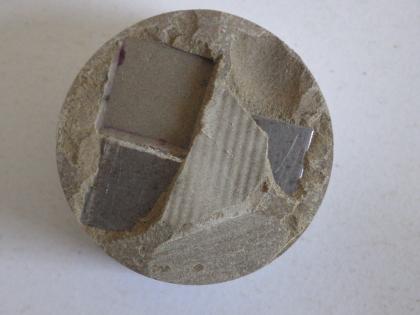 Testovací těleso z cementového materiálu s inkorporovanými vzorky ocelových plíšků pro sledování korozních jevů. Pilotní test extrakce kovových vzorků