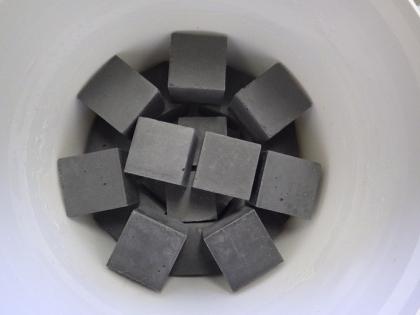 Testovací krychlová tělesa připravená ze studovaných cementových materiálů. Vytvrdnutí a zrání materiálů probíhá v komoře se 100% vzdušnou vlhkostí