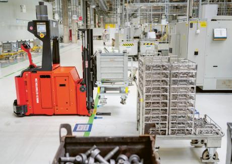 Zásobování obráběcích linek CNC ve výrobě ve Vrchlabí nyní probíhá automaticky. Automatický přepravní robot vyzvedne ve skladu vychystanou přepravku s díly a dopraví ji k jedné z obráběcích linek CNC. Naváděn je přitom senzorikou internetu věcí