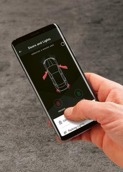 Díky Škoda Connect může majitel svůj vůz částečně ovládat pomocí chytrého telefonu nebo chytrých hodinek. Na dálku je tak možné zkontrolovat třeba stav paliva v nádrži nebo jízdní data z poslední cesty, ověřit si, zda je vůz zamčený, nebo najít, kde je zaparkovaný