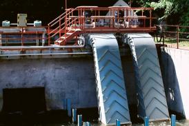 Pár vírových turbín MVE Želina o výkonu 29 kW spuštěných v červnu 2016 na Ohři u Kadaně