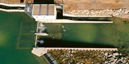 V dubnu 2020 spuštěná první šachtová MVE v Loisachu v pohledu z dronu (shora dolů: rybí schodiště, šachta s dvojicí turbín o výkonu 420 kW, jez s propustnými okny)