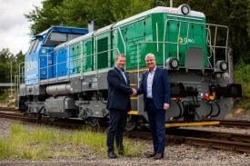 František Todt (vlevo), člen představenstva ČEPRO a Josef Bárta, předseda představenstva CZ LOKO při slavnostním předání 1111. lokomotivy z produkce CZ LOKO