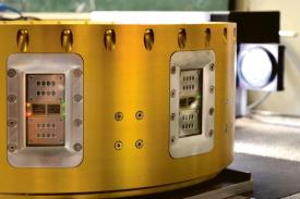 Detail experimentálního modulu projektu organické a hybridní solární buňky ve vesmíru (ohSciS) v laboratorním testovacím prostředí