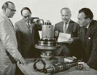 V roce 1950 začala výroba a distribuce upínacího systému obrobků Spieth (dnešní systém SP). Zakladatel Emuge Richard Glimpel stojí na dobové fotografii druhý zprava