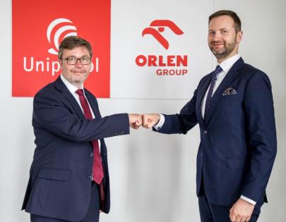 Člen představenstva skupiny Bonett Václav Holovčák a předseda představenstva skupiny Unipetrol Tomasz Wiatrak podepsali smlouvu o výstavbě tří vodíkových plnících stanic.