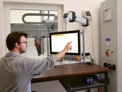 Oto Melter ovládá v Kloknerově ústavu 3D tiskárnu