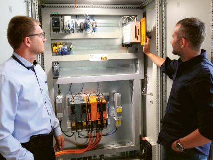 Ing. Leoš Beran, Ph.D., (vlevo) a Ing. Tomáš Kohout u řídicího systému