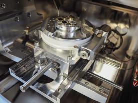 Mikroskop má velkou komoru s robustním stolkem, který unese vzorky do 3 kilogramů se všemi rotacemi a náklony
