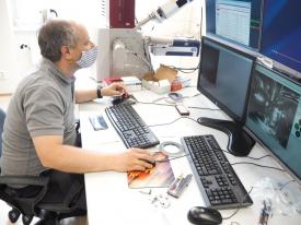 Pavel Hanus pořizuje první snímky na novém mikroskopu