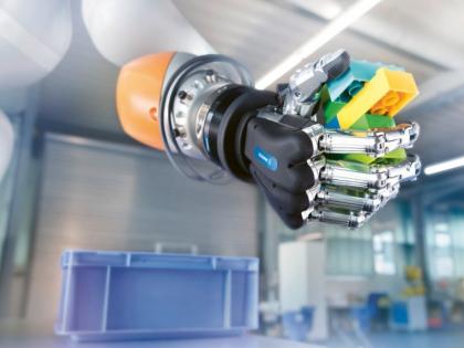 Schunk dokáže propojit mechanické uchopování s logickým: pětiprstá ruka Schunk SVH 5 dokáže díky umělé inteligenci identifikovat libovolný předmět v libovolné pozici a autonomně vyvinout a aplikovat vhodné uchopovací strategie /Foto: Schunk/