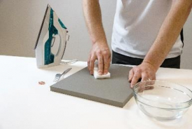 Poškozené místo vyčistíme lehkým třením nanohoubičky
