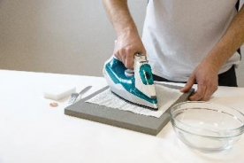 Přiložíme navlhčenou papírovou utěrku a přes ni zažehlujeme při teplotě 120 °C cca 30 s