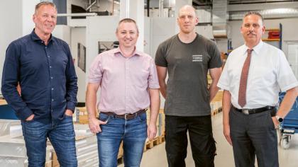 Zleva doprava Martin Rateike (vedoucí divize Konstrukce, výroba a montáž), Alexander Schmalz (vedoucí oddělení Třískové obrábění a výroba), Sven Beckenfelder (programátor a obsluha pětiosých frézovacích centrer), všichni z firmy Euroimmun AG, Thomas Mielke (HPV Hermle Vertriebs)