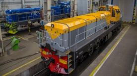 Ukrajinský a finský EffiShunter 1600 během výměny podvozů z normálněrochodných na širokorozchodné v depu v Hanisce u Košic