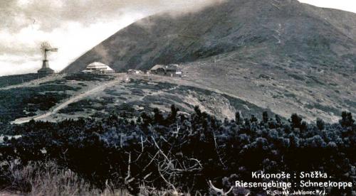 Pohlednice s větrným kolem na hřebeni Krkonoš pod Sněžkou, která by měla zachycovat stav elektrárny během léta roku 1924