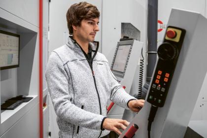 Obsluha stroje Kevin Stark je odpovědný za osazování nástrojů a obrobků a za kontrolu výsledků měření