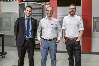 Zleva doprava: Benjamin Schuh (HPV Hermle Vertriebs GmbH), Markus Gräf (vedoucí vývoje procesů) a Bastian Girg (vedoucí marketingu + komunikace) ze společnosti Werkzeugbau Siegfried Hofmann GmbH