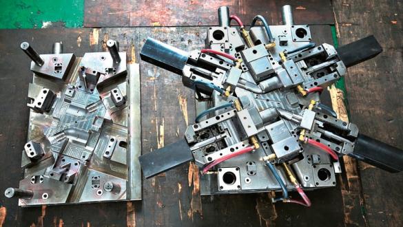 Obr. 5: Na levé straně jsou vidět výrazná vybrání pro hadice a pravá strana ukazuje standardní, běžně používané zapojení, včetně vysokoteplotních hadic