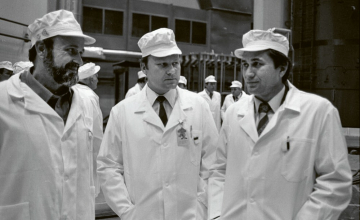 Jednotliví vedoucí spouštění Dukovan na fotografii z roku 1987. Zleva doprava: Vojtěch Kotyza (Škoda Praha), František Hezoučký (ČEZ) a Stefan Konstantinov (Atomtechenergo) /Foto: JE Dukovany/