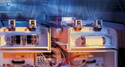 Technologie Nanospider™ (NS) je unikátní způsob zvlákňování z volné hladiny roztoku polymeru v silném elektrostatickém poli. /Zdroj: ELMARCO/