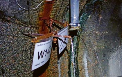 Vývěr vody v tunelu s automatizovaným měřením vydatnosti konduktivity, pH a redox potenciálu