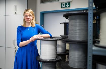 Výzkumnice Tereza Kroulíková s polymerními vlákny určenými na výrobu chladiče