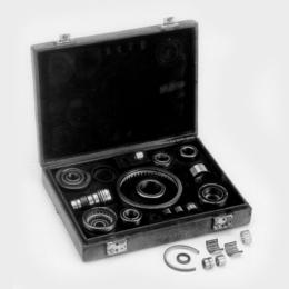 S kufríkom plným vzoriek rôznych ihličkových ložísk sa bratia Dr. Wilhelm a Dr.-Ing. E. h. Georg Schaeffler vydali na cestu za zákazníkmi.