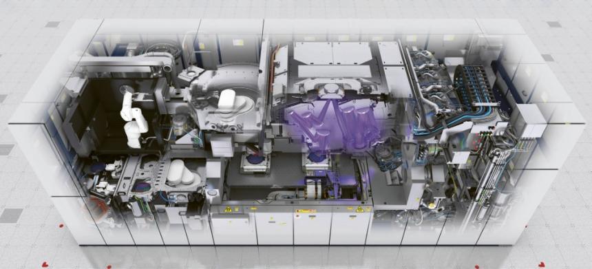 Pohled do nitra jedné z výrobních platforem od ASML
