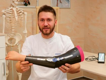 Bc. Jan Maleš – V roce 2011 úspěšně dokončil bakalářské studium v oboru ortotik-protetik na FTVS UK a v témže roce začal pracovat v Centru technické ortopedie v Českých Budějovicích, kde se věnoval vybavování převážně pacientů po amputaci dolní končetiny. V roce 2015 nastoupil do firmy Ottobock, kde se setkal s myoprotetikou a začal se jí intenzivně věnovat. Absolvoval také nespočet školení a certifikací v Česku i zahraniční. Kromě práce v Ottobock přednáší protetiku na FTVS UK a také jako redaktor přispívá do časopisu Ortopedická protetika.