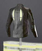 OLED na obleku motocyklisty zvyšuje jeho viditelnost a bezpečnost