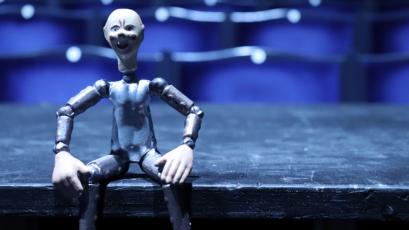 Figurka robota v hledišti Švandova divadla pochází z pozůstalosti Josefa Čapka a sloužila patrně k propagaci hry R U R jeho bratra Karla /Foto: Richard Moučka/
