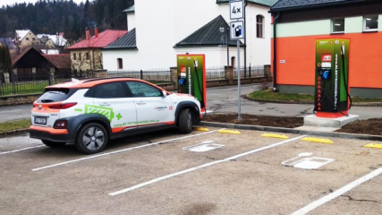 Dvojice stanic umístěná u prodejny COOP Jednota umožní dobití většiny kapacity baterií všech typů a značek elektromobilů v řádu desítek minut.