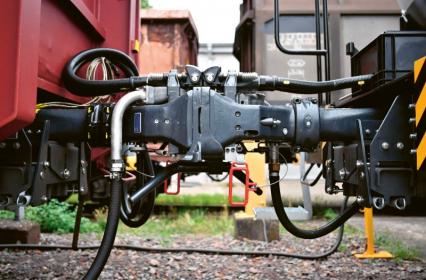 Zatím nejnadějnější model automatického spřáhla DAC4EU postavený na Scharfenbergově patentu je dobře přístupný s obou stran, protože vagonům odpadnou nebezpečné nárazníky