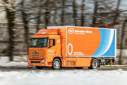 Vodíkový nákladní vůz je zkonstruován pro přepravu přibližně 25 tun zboží a má dojezd kolem 600 kilometrů.  (zdroj: Gebrüder Weiss / Stefan Peter)