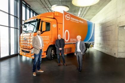Předání vodíkového trucku ve švýcarském Rothenburgu (zleva): Marc Freymüller, CEO Hyundai Hydrogen Mobility AG, Peter Waldenberger, vedoucí Corporate Administrative Support a Oskar Kramer, Country Manager Switzerland, oba Gebrüder Weiss. (zdroj: Gebrüder Weiss / Stefan Peter)