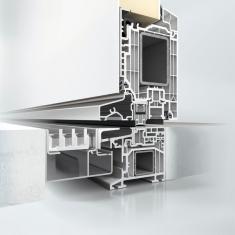 Zapuštěný práh u plastového dveřního systému Schüco LivIng nabízí bezbariérový přístup a vysokou vodotěsnost.