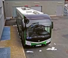 Elektrobus použitý pro napájení během měření vlastností pohonné jednotky ve zkušebně