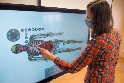 Kateřina Prstková z Fakulty zdravotnických studií TUL ukazuje široké možnosti virtuálního pitevního stolu. Studenti získají lepší představu třeba o propojení orgánů.