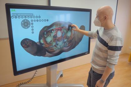 Tomáš Souček přibližuje na virtuálním pitevním stole vniřtní orgány lidského těla. Díky 3D technologii si studenti udělají dokonalou představu