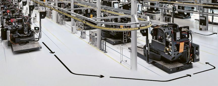 Pohled do montážní haly: vyráběné stroje na automatizovaných vozících