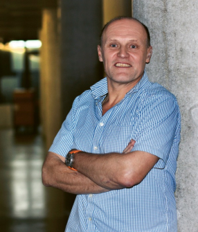 Profesor Miroslav Černík je absolventem FJFI ČVUT, obor jaderně chemické inženýrství, doktorát získal na ETH v Curychu z oboru vědy o životním prostředí, profesuru získal v oboru Přírodovědné inženýrství na TUL v roce 2014. Dlouhodobě se zabývá využitím nanotechnologií v ochraně životního prostředí. Od roku 1995 pracoval ve firmě Aquatest v oblasti sanací ekologických zátěží. Od 1. února 2012 pracoval jako ředitel CxI pro výzkum a jako vedoucí oddělení nanomateriálů v přírodních vědách a při tom přednášel na Fakultě mechatroniky, informatiky a mezioborových studií. Je autorem více než 170 publikací, knih a kapitol v knihách s 3 000 citacemi a pěti patentů. V současnosti je řešitelem mezinárodního projektu LifePopWat ve výzvě EU Life.