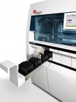 Vkládání vzorků do DxA 5000, ostatní zajistí plně automatizovaný systém. /Zdroj: Beckman Coulter/