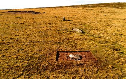 Archeologické práce na dnes již bývalém monumentu Waun Mawn, ze kterého se zachovalo pouze několik zborcených kamenů
