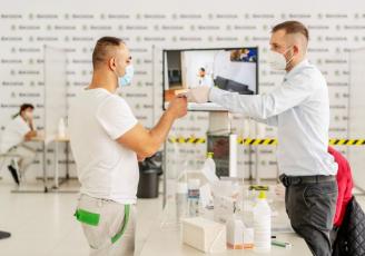 Společnost ŠKODA AUTO ve spolupráci s Odbory KOVO posiluje opatření na ochranu svých zaměstnanců proti onemocnění covid-19. Za tímto účelem firma připravuje vlastní očkovací centra a výrazně rozšířila testovací kapacity.