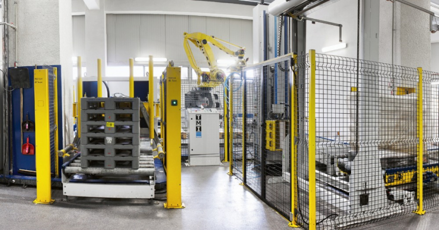 Balení hotových výrobků ve Fosfě postupně přebírají robotizované linky