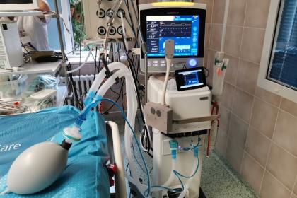 Zkouška systému VENT-CONNECT na plicním ventilátoru. Systém umožňuje vzdáleně sledovat obrazovku ventilátoru buď pomocí kamery, nebo pomocí video výstupu. Lékař si může informace zobrazit na mobilu či notebooku i mimo infekční prostředí. V současnosti je zařízení nainstalováno u 15 plicních ventilátorů a u centrálních monitorů životních funkcí na KAR FNKV. Foto: Archiv Lenky Vysloužilové, CIIRC ČVUT