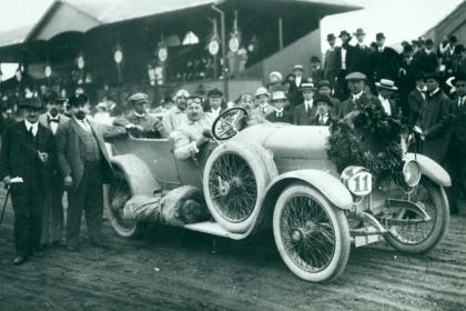 Alexander Kolowrat se s vozem nejen úspěšně zúčastnil Alpské jízdy v letech 1913 a 1914 (na snímku), ale používal jej i pro osobní přepravu.